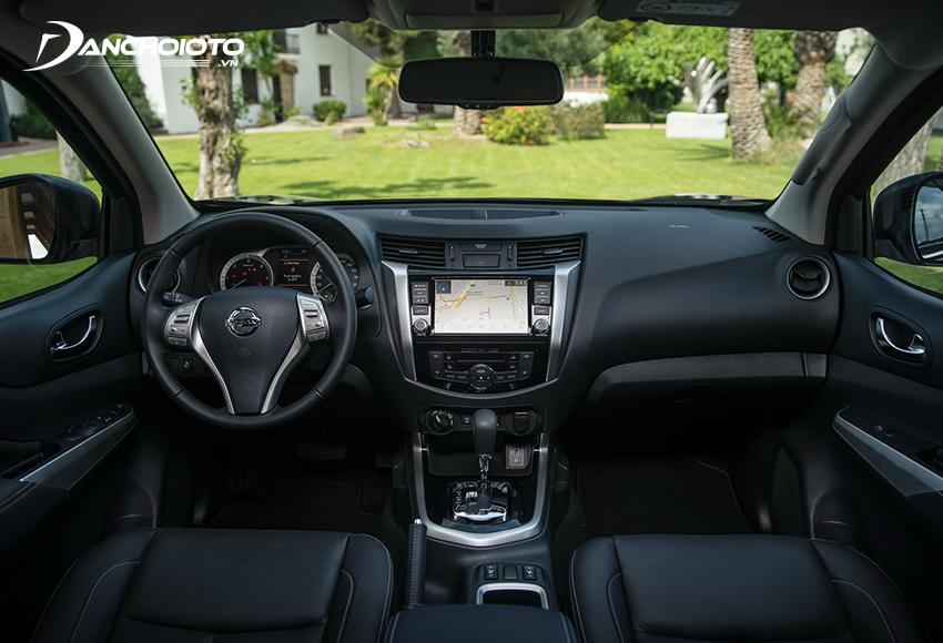 Khu vực taplo của Nissan Navara thể hiện rõ tính thực dụng