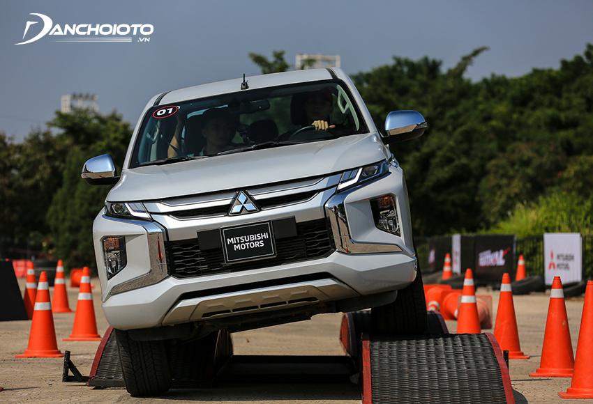 Mitsubishi Triton nổi bật với hệ thống dẫn động Super Sellect 4WD-II mới hiện đại