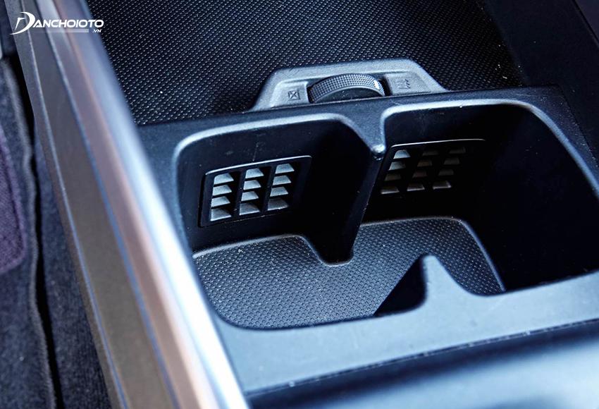 Một điểm cộng trên XL7 là xe có cả ngăn để cốc có tính năng làm mát