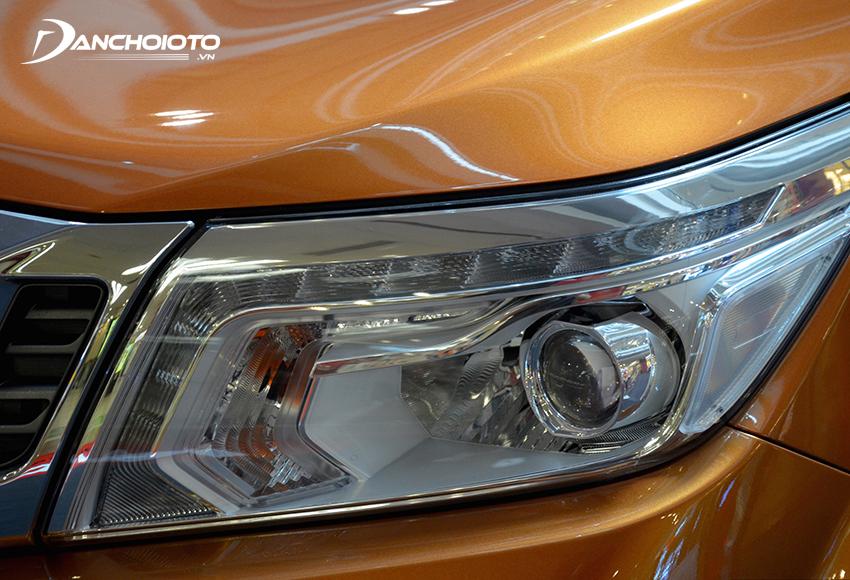 Phiên bản Navara VL trang bị đèn pha LED và đèn dải định vị LED ban ngày