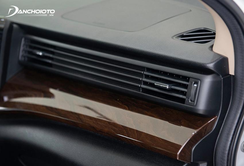 Suzuki Ertiga 2021 có thiết kế cửa gió điều hoà và bệ gỗ khá đẹp mắt