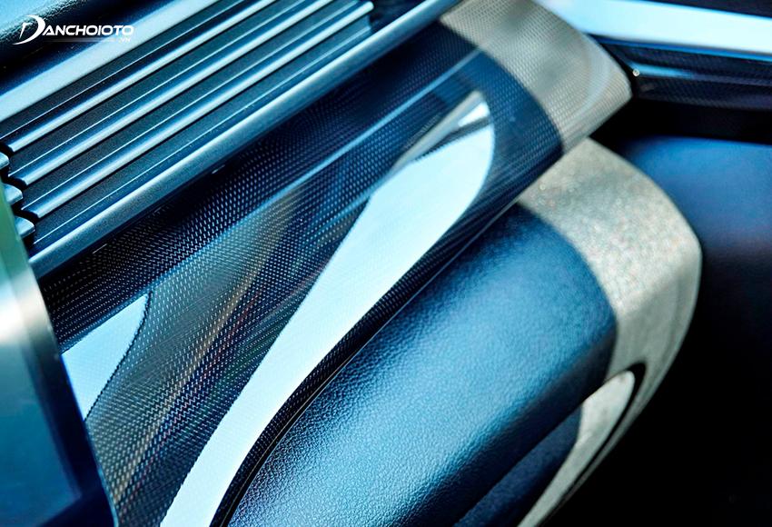 Suzuki XL7 2020 có bệ vân carbon trang trí rất đẹp mắt