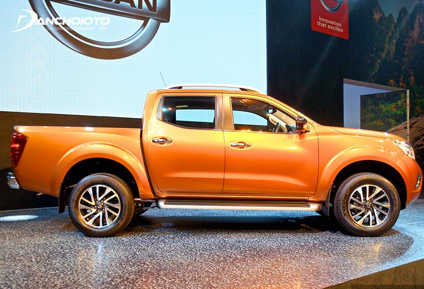 Thân xe Nissan Navara 2020 thu hút với phần hốc bánh xe rộng và vòm bánh xe được dập nổi cơ bắp