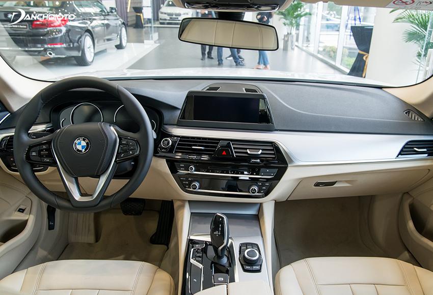 Thiết kế taplo BMW 520i được trang bị ốp kim loại màu Oxide viền chrome