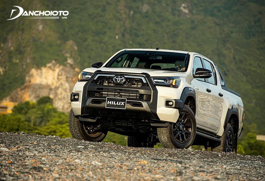 Toyota Hilux có thế mạnh về thương hiệu cũng như ở những đổi mới toàn diện sau lần nâng cấp mới