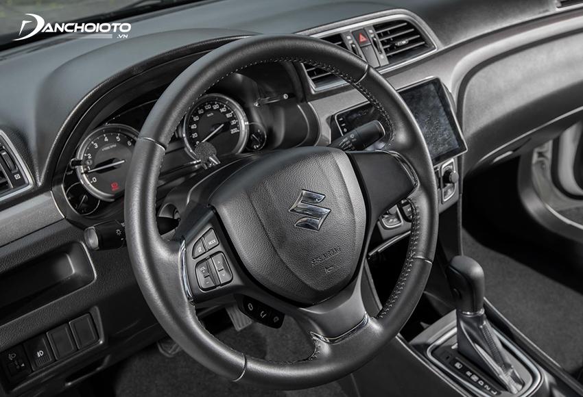 Vô lăng Suzuki Ciaz 2021 bọc da, kiểu 3 chấu với thiết kế chưa thực sự tinh tế