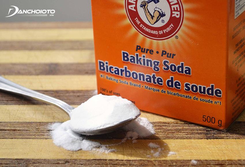 Bột baking soda có khả năng hút ẩm, khử mùi xe mới