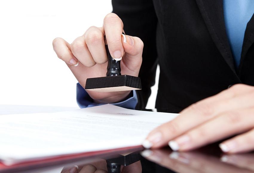 Bước đầu tiên khi thực hiện thủ tục mua bán xe ô tô cũ là công chứng hợp đồng mua bán xe ô tô