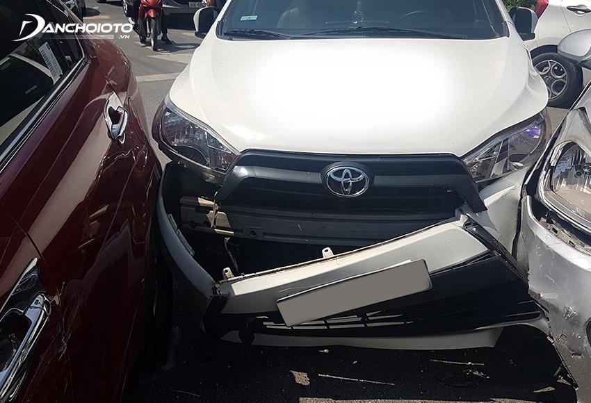Cản trước và cản sau rất dễ bị hư hại nếu xe bị tai nạn