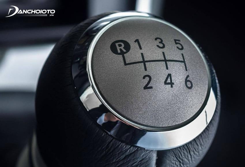 Chuyển cần số về số lùi R để cho xe lùi