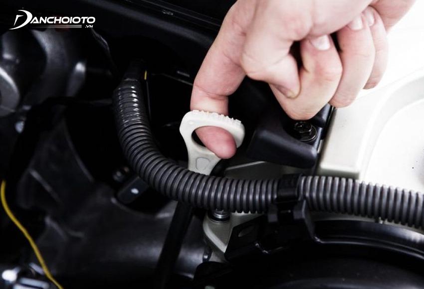 Để kiểm tra dầu hộp số ô tô cần tìm que thăm dầu hộp số