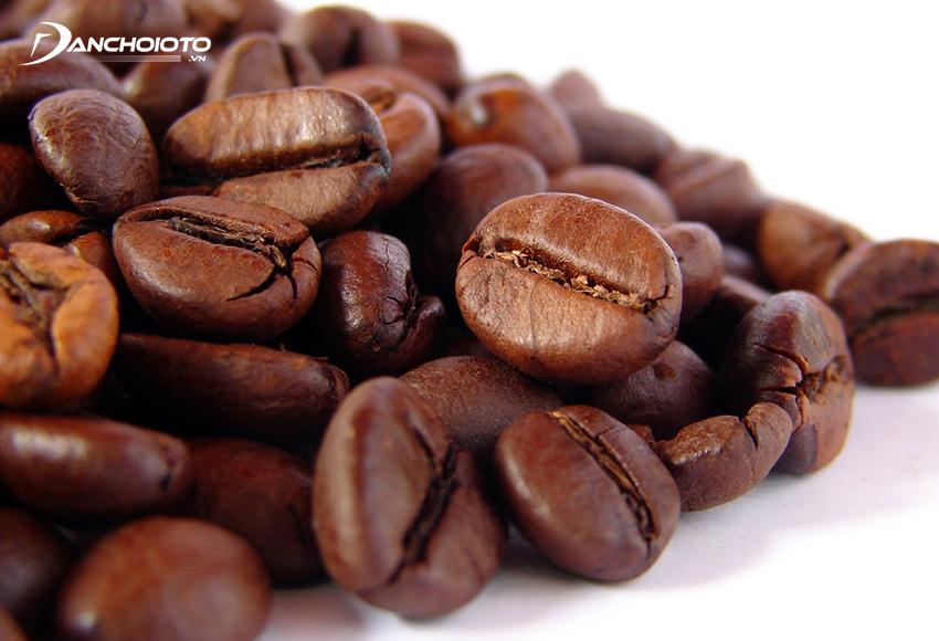 Hạt cà phê giúp khử mùi sầu riêng trên xe ô tô khá hiệu quả