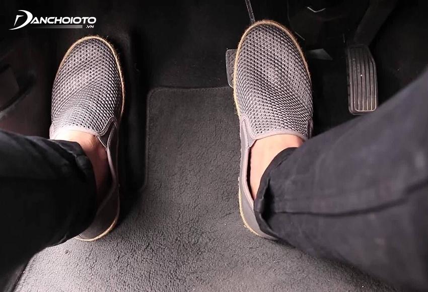 Khi lái xe số tự động, người lái chỉ nên dùng 1 chân phải để đạp phanh/ga