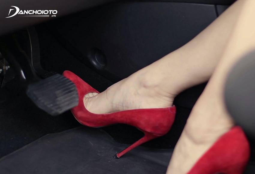 Không nên mang dép hay giày cao gót khi lái xe