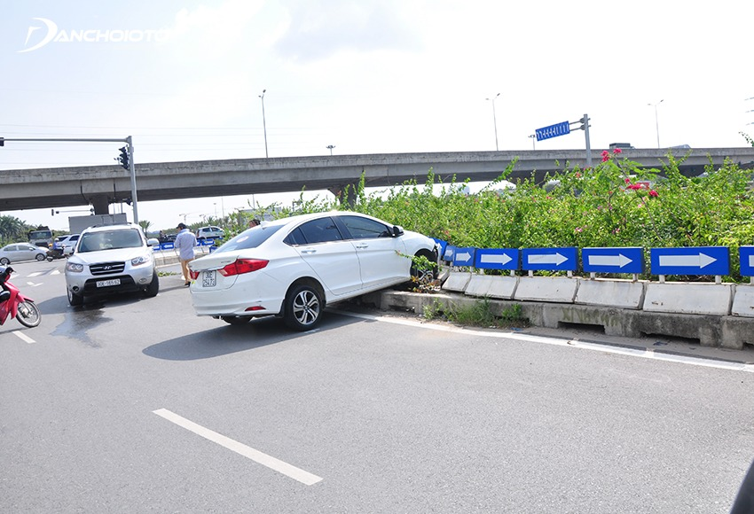 Không nên phanh gấp khi xe bị mất lái
