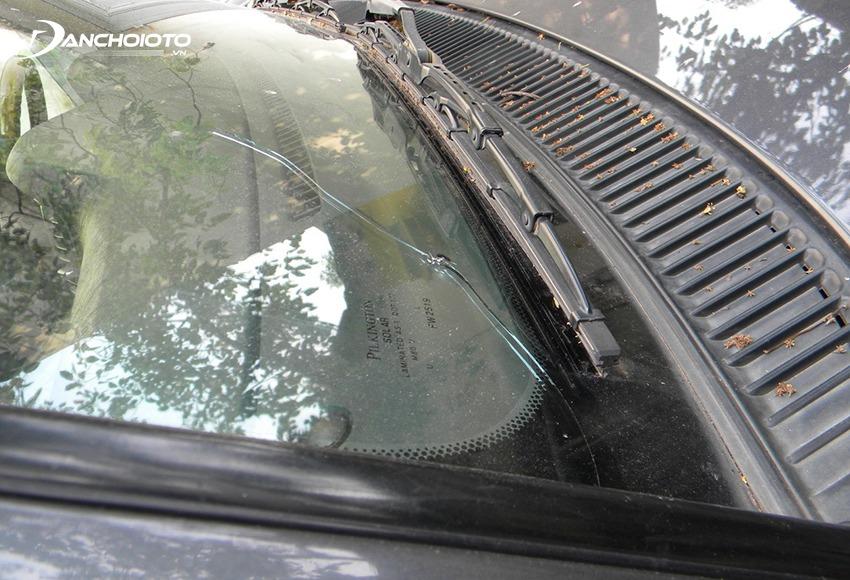 Kính chắn gió là bộ phận vô cùng nhạy cảm, rất dễ bị nứt vỡ khi xe bị tai nạn đâm đụng