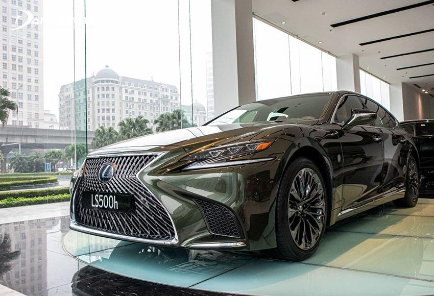 Lexus LS là mẫu xe thuộc phân khúc sedan hạng sang cỡ lớn