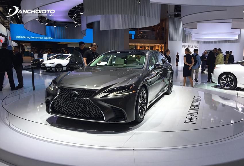 Lexus LS là một mẫu xe sedan hạng sang cỡ lớn sở hữu thiết kế đặc sắc
