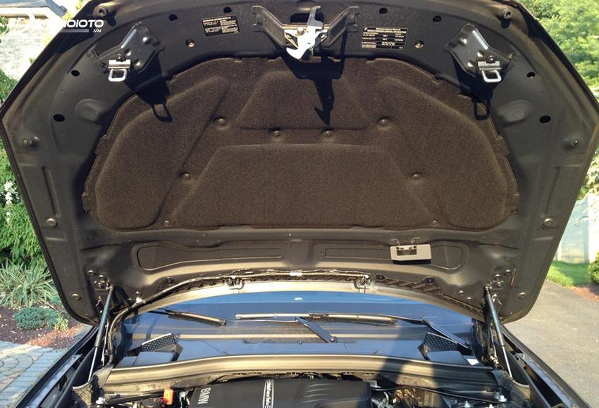 Nên kiểm tra nắp capo trước khi kiểm tra động cơ xe ô tô cũ