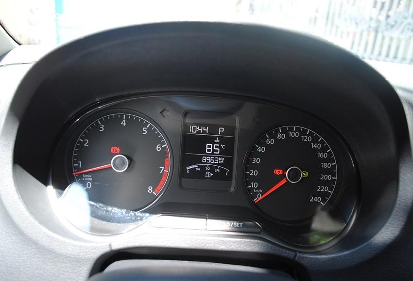 Nên xem qua đồng hồ công tơ mét ô tô để so sánh với tình trạng thực tế của xe