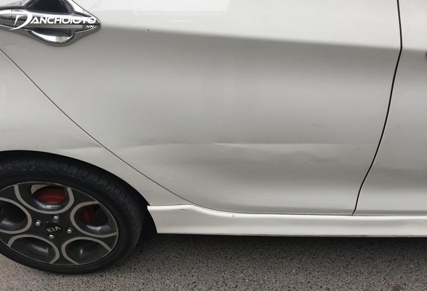Ô tô bị tai nạn, đâm đụng, vùng va chạm thường sẽ bị móp, nước sơn bị bong tróc