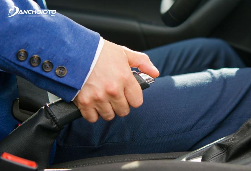 Phanh tay được thiết kế giúp giữ xe đứng yên khi xe đã dừng hẳn