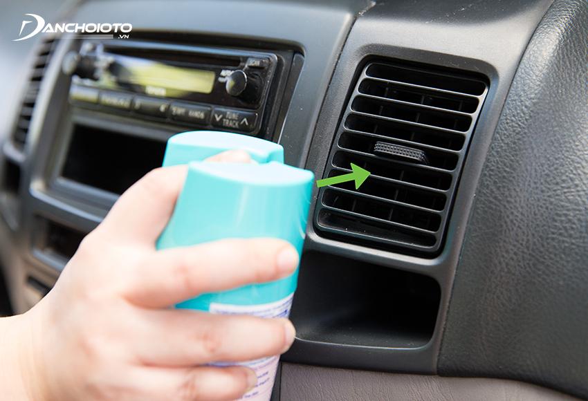 Phun xịt dung dịch vệ sinh điều hòa ô tô vào tất cả cửa gió điều hoà trên xe
