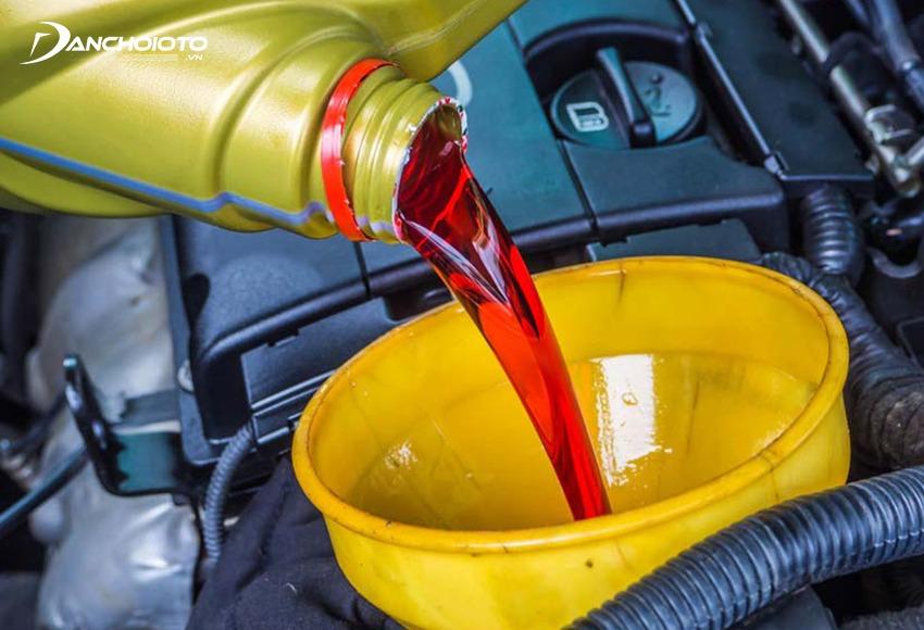 Sau đó cho dầu hộp số mới vào ống dầu ở khoang máy