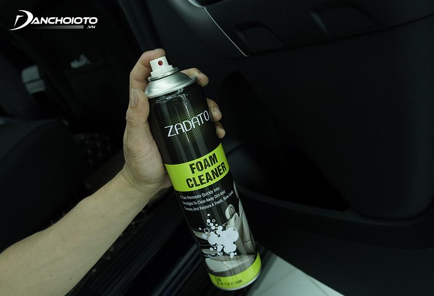 Sử dụng bình xịt vệ sinh nội thất giúp vệ sinh xe rất tiện lợi