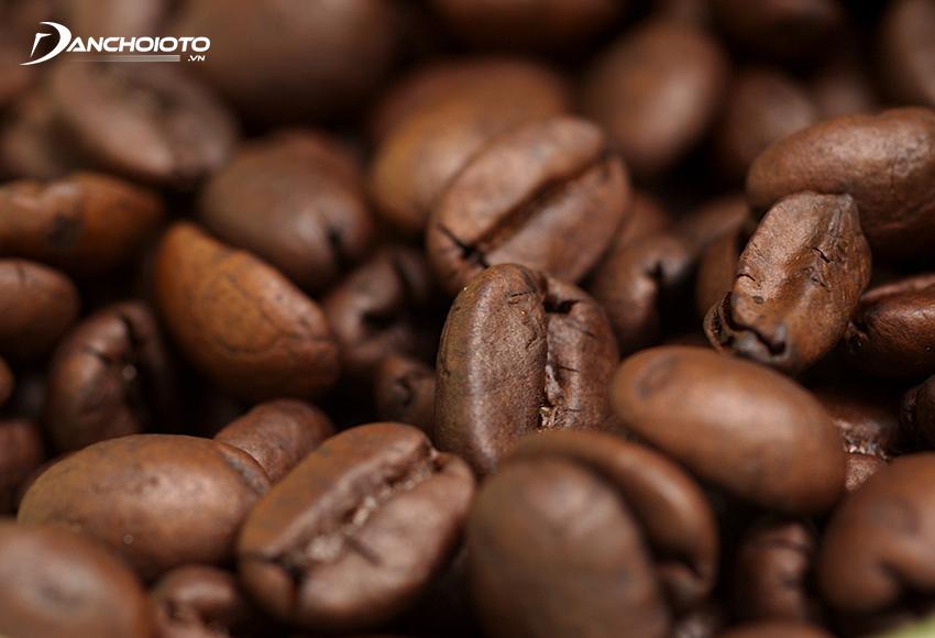 Sử dụng cà phê nguyên hạt được xem là một mẹo khử mùi oto mới khá hữu hiệu