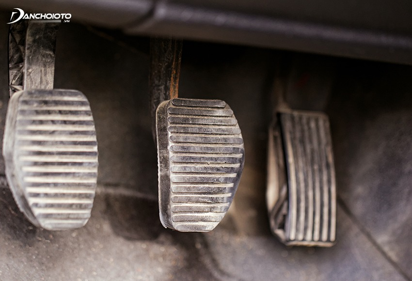 Thông qua độ mòn chân ga/phanh/côn có thể biết xe ô tô cũ sử dụng nhiều hay ít