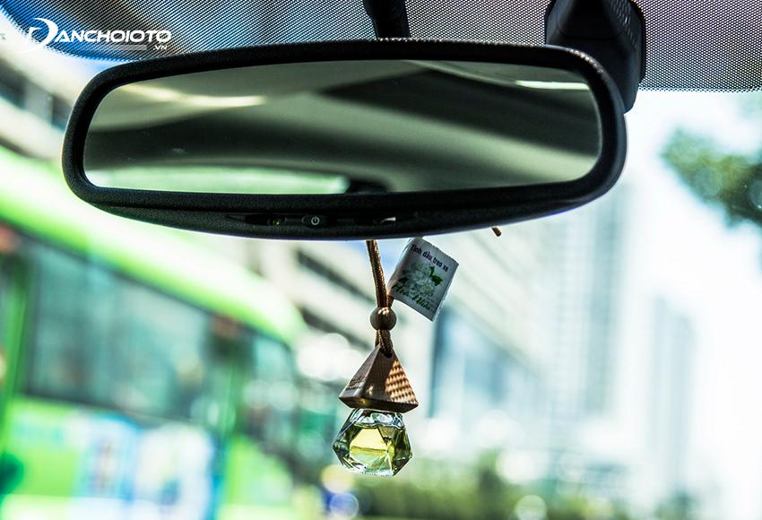Tinh dầu ô tô chiết xuất từ lá, hoa, vỏ, rễ cây… có tác dụng khử mùi xe ô tô mới hiệu quả, lại còn tạo hương, tốt cho sức khoẻ