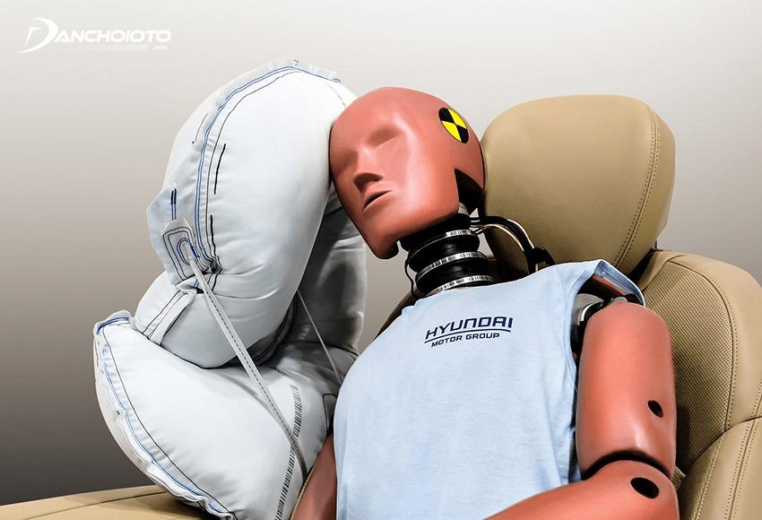 Túi khí hông giúp bảo vệ phần ngang đầu và phần ngang ngực người ngồi khi va chạm từ bên hông