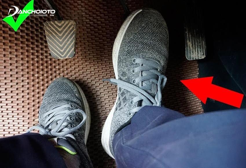 Với xe số sàn, chân trái chỉ dùng điều khiển chân côn, chân phải điều khiển chân phanh và ga