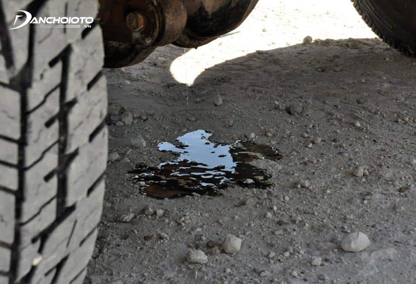 Xe bị chảy nhớt hộp số sẽ thường tạo các vũng dầu nhỏ dưới gầm xe