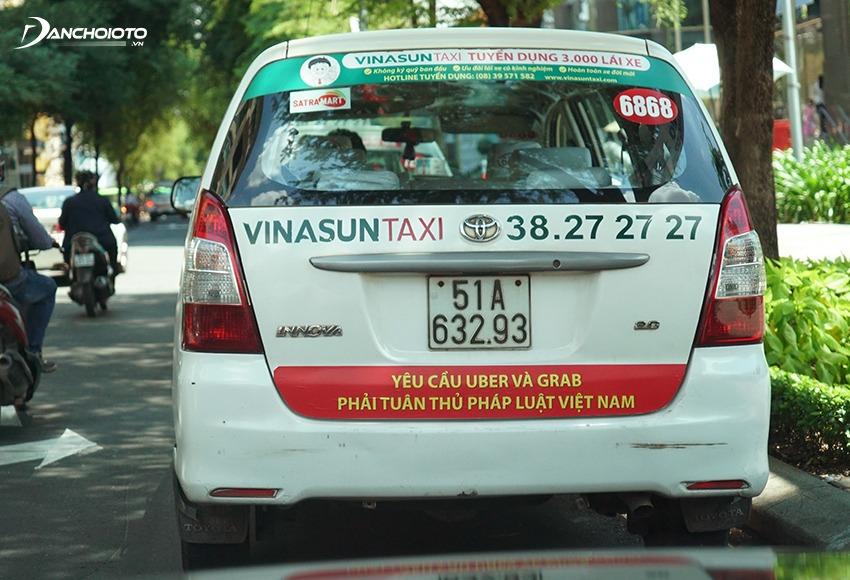 Xe chạy taxi thường dán số tài lên kính lái và kính sau