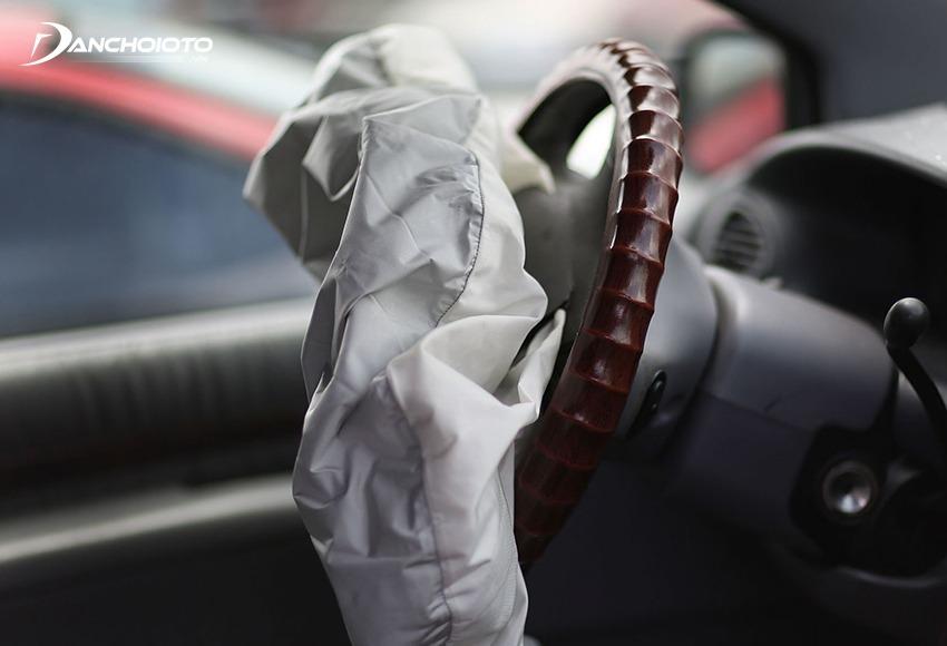 Xe phải va chạm với gia tốc dừng đủ lớn thì túi khí ô tô mới bung
