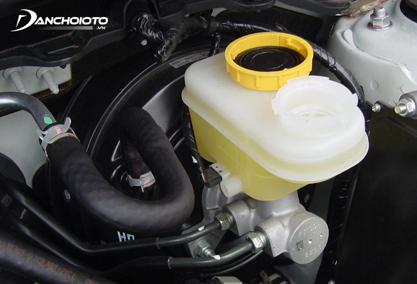 Dầu phanh đóng vai trò quan trọng trong việc truyền lực giúp hệ thống phanh ô tô hoạt động