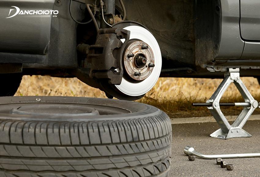 Đầu tiên cần tháo lốp xe ô tô