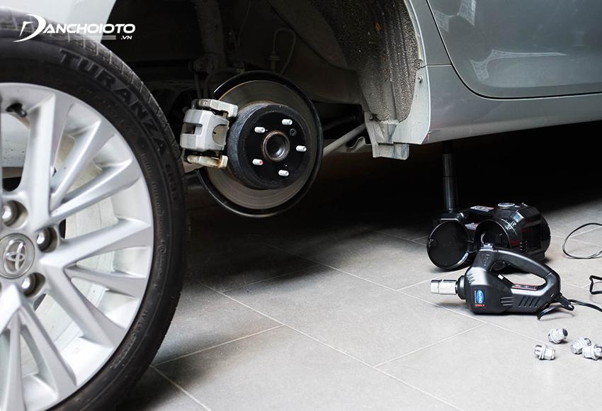 Đầu tiên tháo bánh xe
