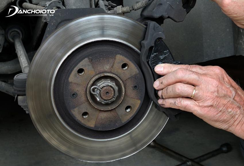 Hệ thống phanh ô tô thường rất nhanh bẩn sau một thời gian sử dụng
