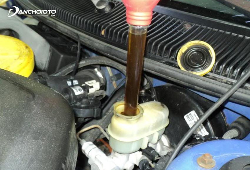 Hút hết dầu cũ trong bình dầu ở khoang máy