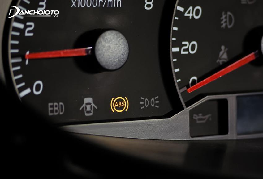 Khi phanh ABS bị lỗi thì đèn phanh ABS sẽ bật sáng