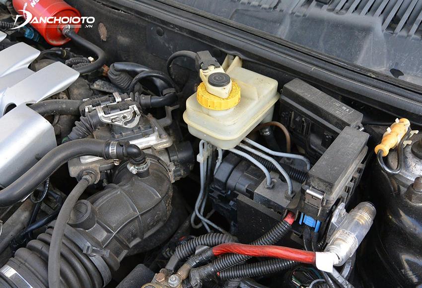 Nguyên nhân áp suất dầu phanh ở mức thấp thường vì xe bị thiếu dầu phanh