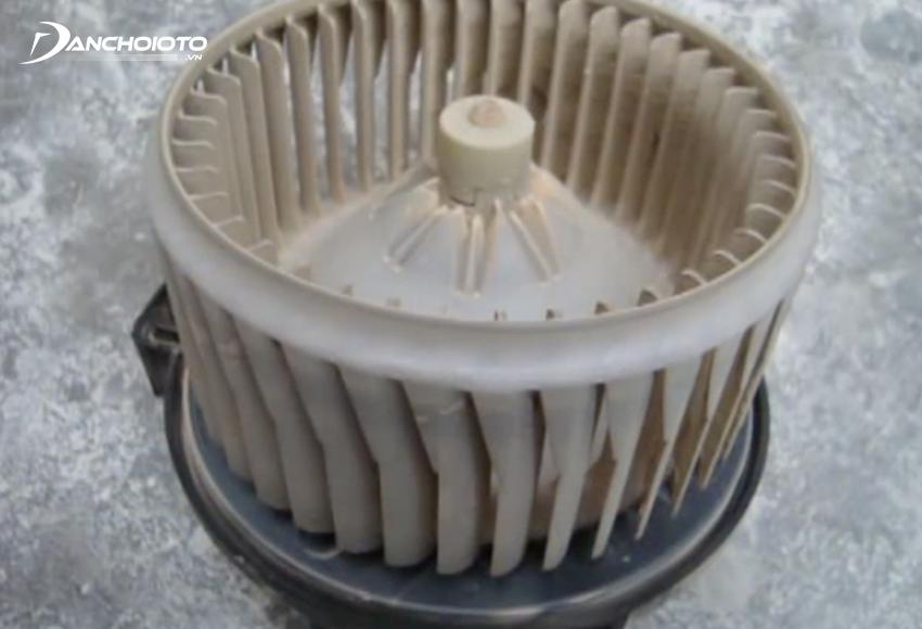 Cần vệ sinh quạt gió điều hoà định kỳ do quạt gió cũng dễ bị bám bẩn sau thời gian dài sử dụng
