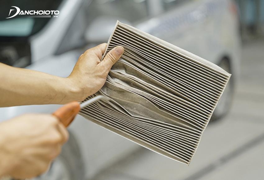 Có thể dùng máy hút bụi, máy xịt khô để vệ sinh sạch bụi bẩn trên lọc gió điều hoà ô tô