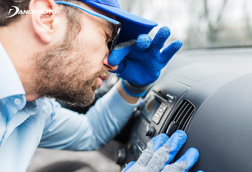 Dàn lạnh, đường ống điều hoà xe bị ẩm mốc dễ gây mùi hôi, mùi chua trong xe