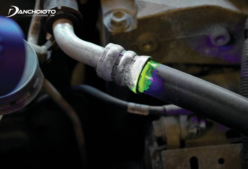Để biết xe ô tô bị rò ga hay không có thể kiểm tra đường ống điều hoà