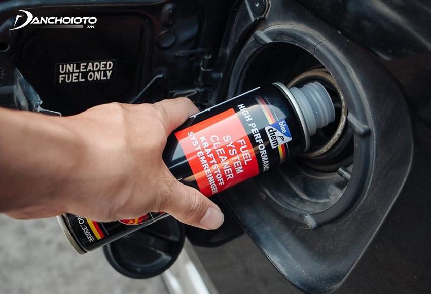 Để sử dụng dung dịch vệ sinh hệ thống nhiên liệu ô tô chỉ cần đổ trực tiếp dung dịch vào bình xăng