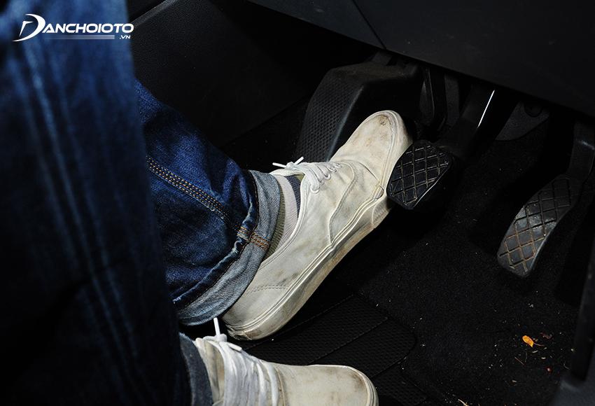 Hành trình tự do của chân côn xe ô tô là khoảng cách từ bàn đạp đến vị trí mà vòng bi triệt tiêu hết các khe hở tự do